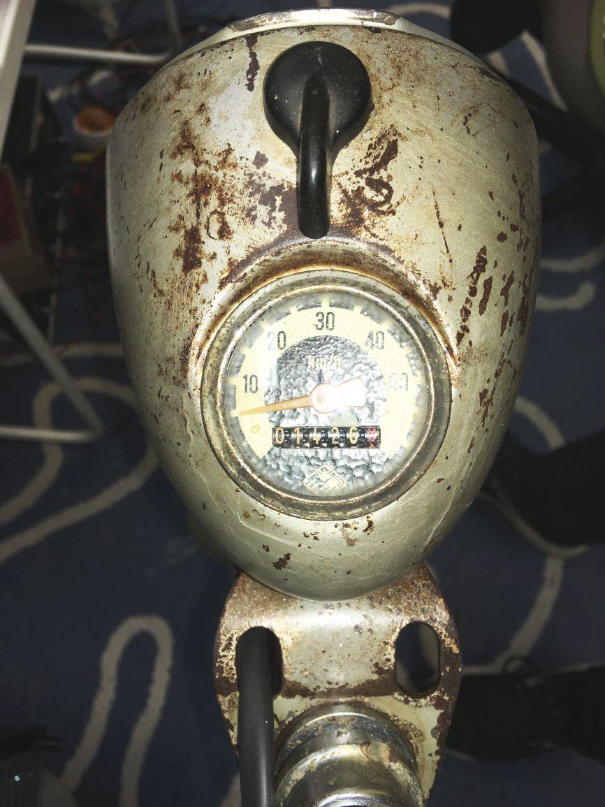 Der Tachometer konnte durch ein mini Loch mit Spritze geölt werden und geht noch.