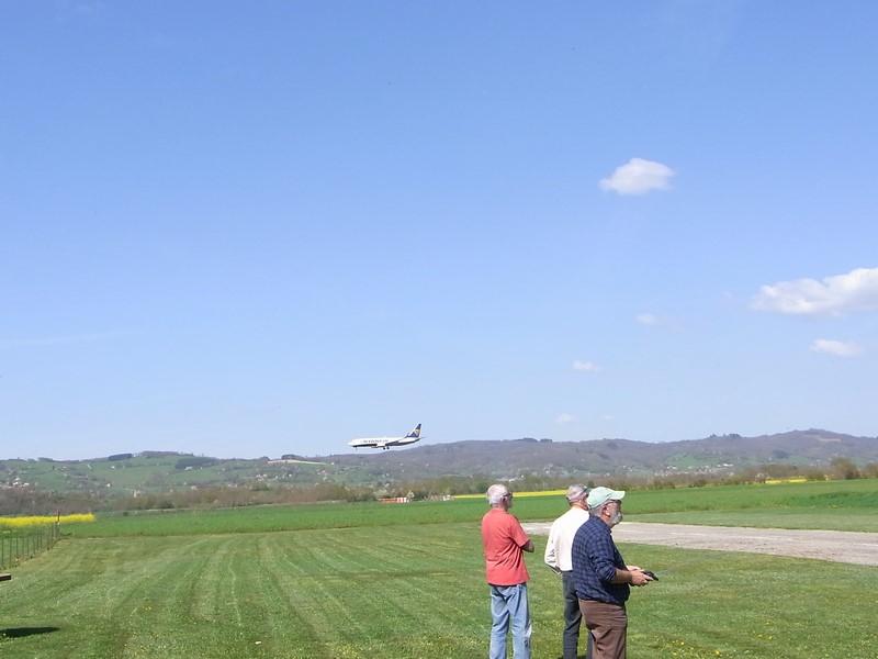 Bien concentré sans même un regard, Michel pose l'A320 sur la piste ! A méditer ...