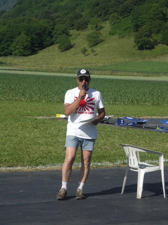 Tomio qui tente d'expliquer le règlement (japonais) à une assemblée dissipée