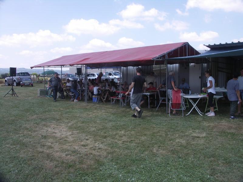 La toile de tente pour accueillir les convives