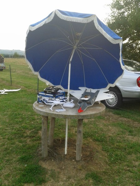 Une parabole pliable pour un contrôle longue portée du drone ! Pou voyager loin, il faut mettre à l'ombre le pilote !!!