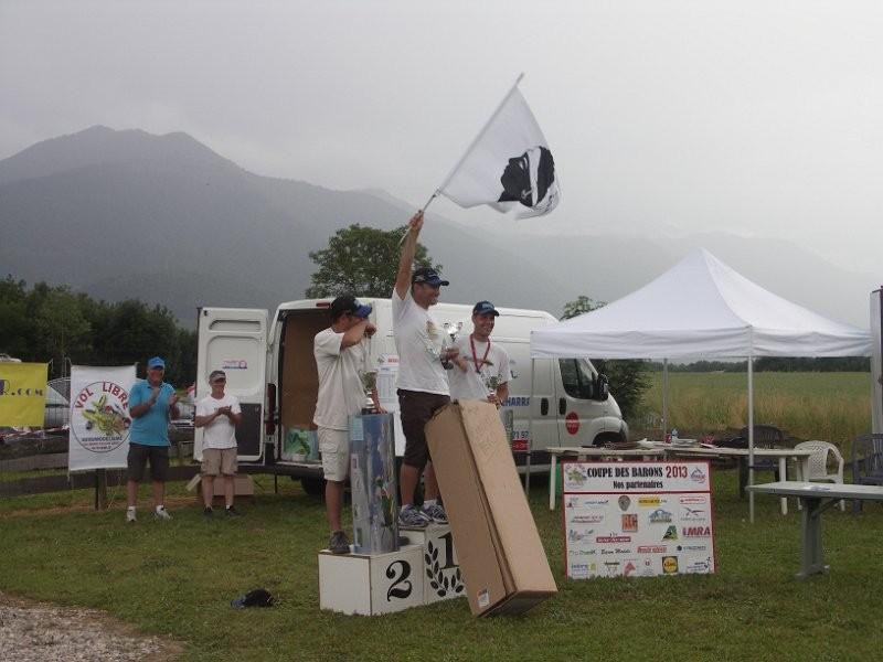 Le podium, devant deux pilotes du vol libre