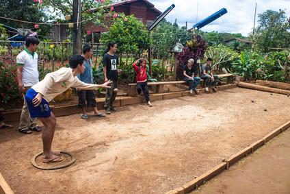 Einheimischen spielen Boccia in Ving Xai