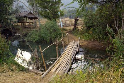 Kleine Brücke im Dorf