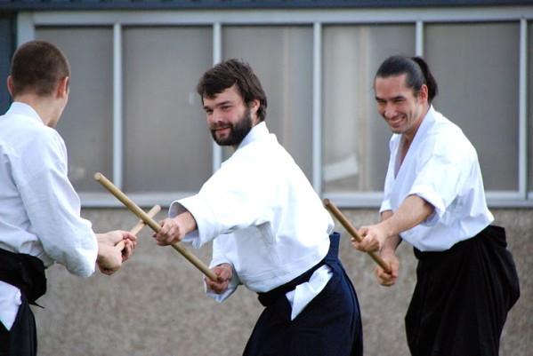 Preuve en image que l'aikido Kishinkai se pratique dans la joie avec le travail au jo de Julien Coup, Tanguy Le Vourc'h et Léo Tamaki