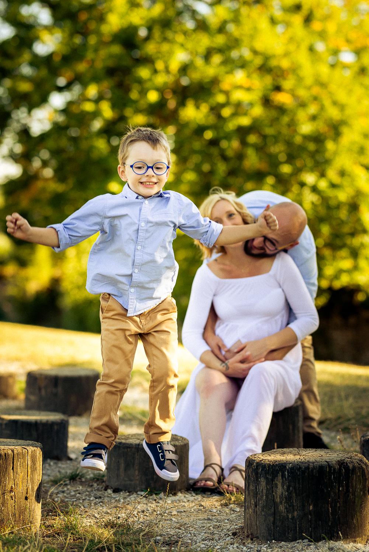 Couple attendant bébé avec grand-frère qui joue