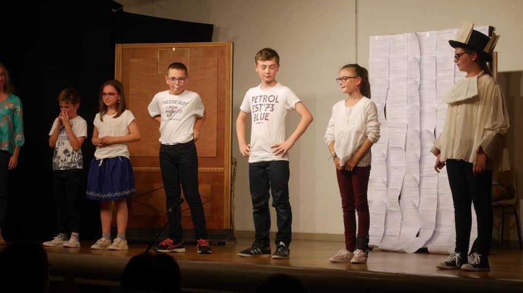 Corinne Laroche et ses apprentis-comédiens ont été chaleureusement applaudis. © Photo NR