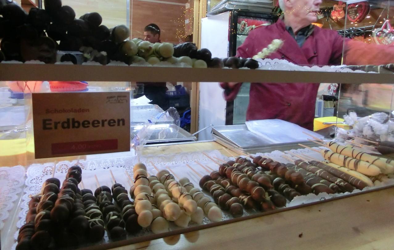ぶどうチョコ(上段左)、いちごチョコ(下段左)、バナナチョコ(右)