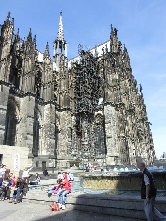 大聖堂の前の噴水で息抜き