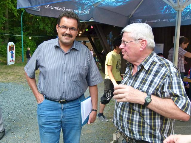 Bpürgermeister Hans Peter Schick und Bernd Deuster (Gesangverein)