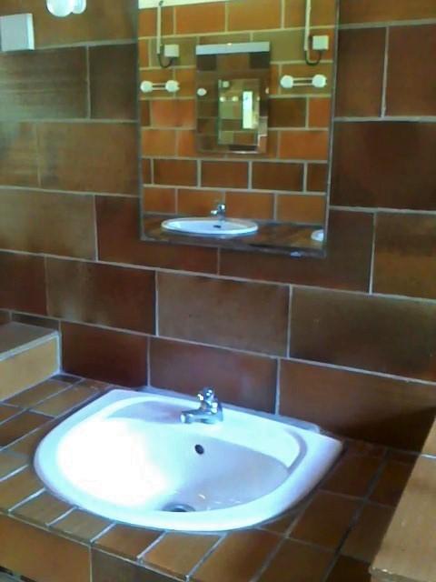 Individual washbasin with mirror and 220 V plug