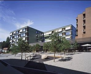 Ein modernes Gebäude mit grossen Fenstern
