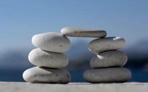 Kieselsteine bilden eine Brücke