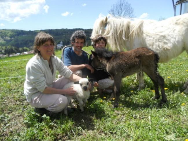 Loëtitia LAPPRAND et Patrick ABRAHAM : Constructeurs d'une ferme écologique et pédagogique dans le Jura (France)