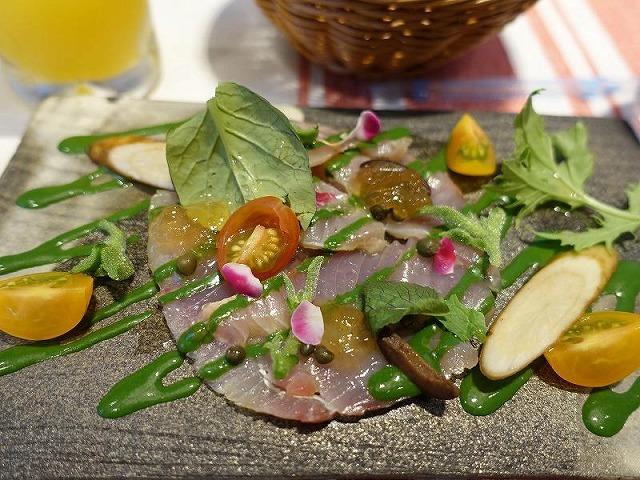 前菜チョイス①:ヒラマサのマリネ グリーンソースがヒラマサの繊細な味を引き立てます