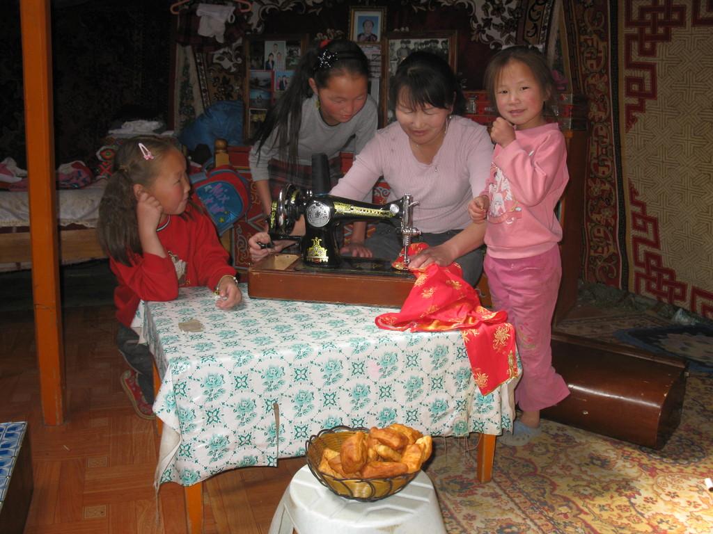 Näherin mit ihren Kindern