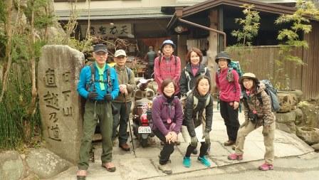 1班:今から山道にGO!と、その前に記念写真