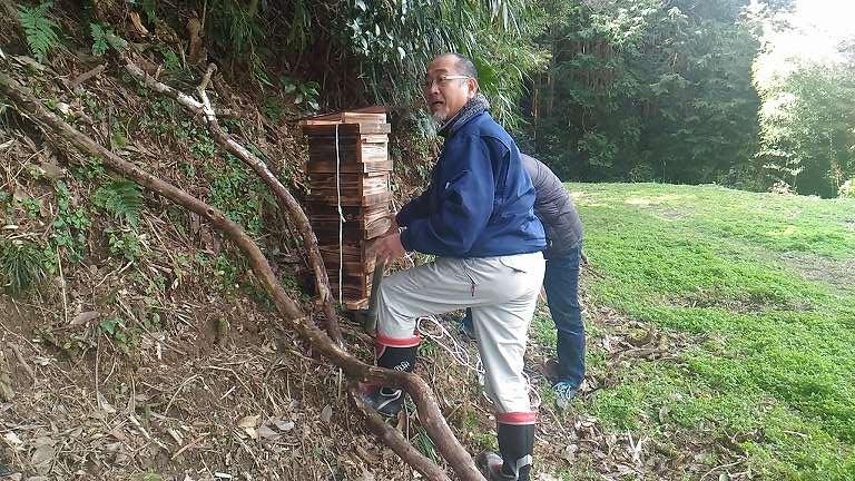 山の中に設置中・・・畑をお持ちの方の支援を頂き水準器で慎重に置きました。