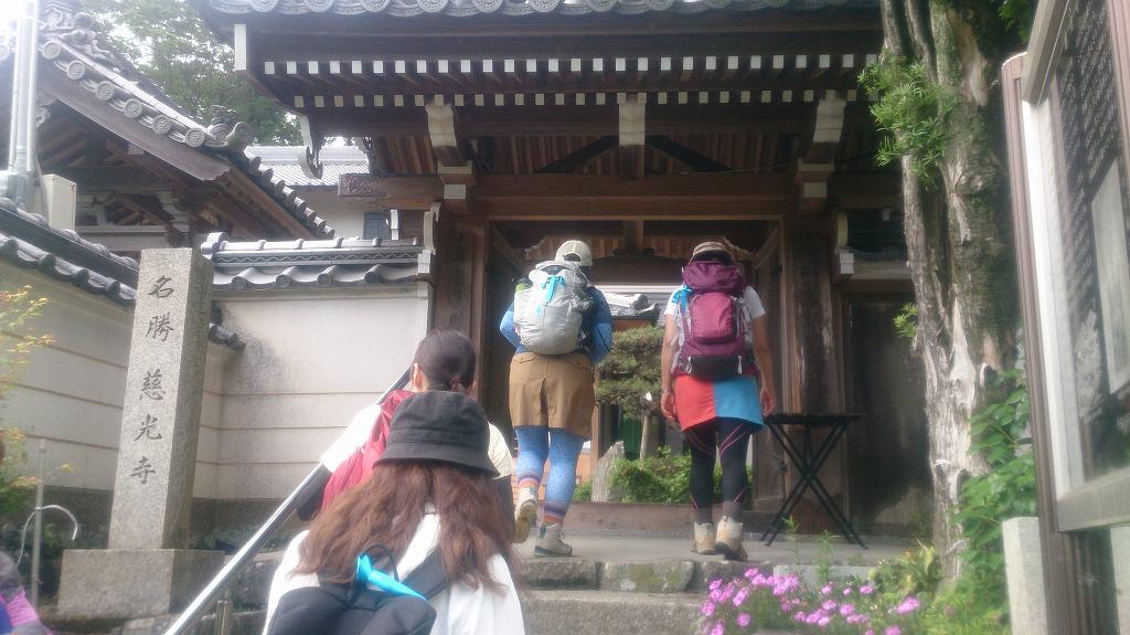 慈光寺へ到着です。役行者が、前鬼・後鬼が改心したときにそれぞれの髪を切った場所といわれています。お寺には、その謂れにまつわる儀式が今でも受け継がれています。
