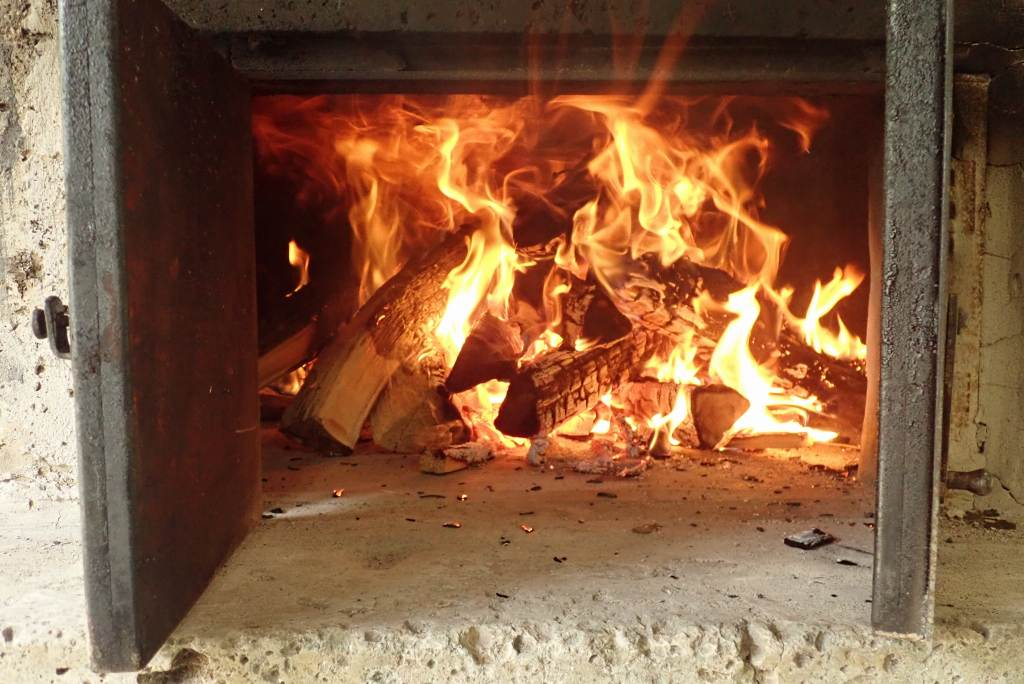 めらめらと燃える炎。石窯温度上昇中!。
