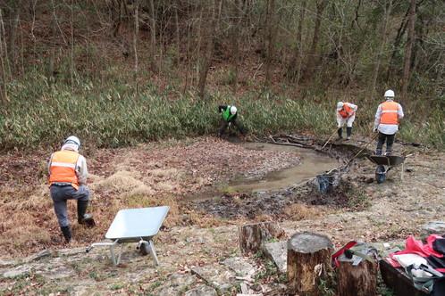 さんさくの森の池での作業中