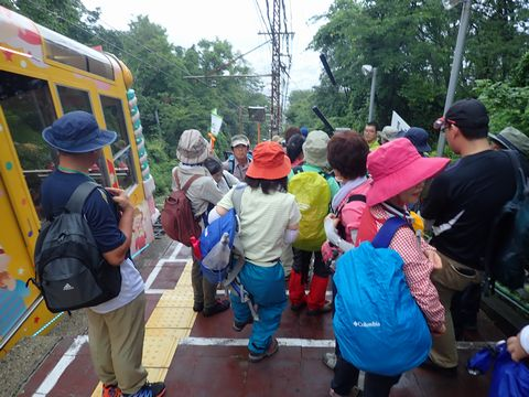 霧雨の霞ヶ丘駅にて
