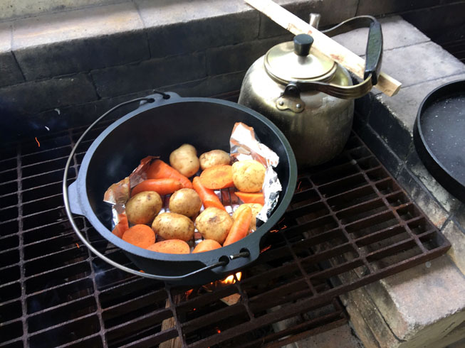 ダッチオーブンでゴロゴロ野菜を作ります