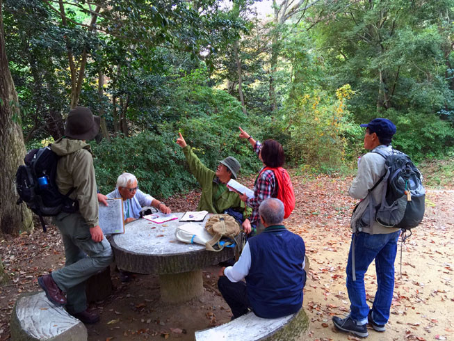 紅葉を楽しみながら、地図とコンパスを使って園地探索