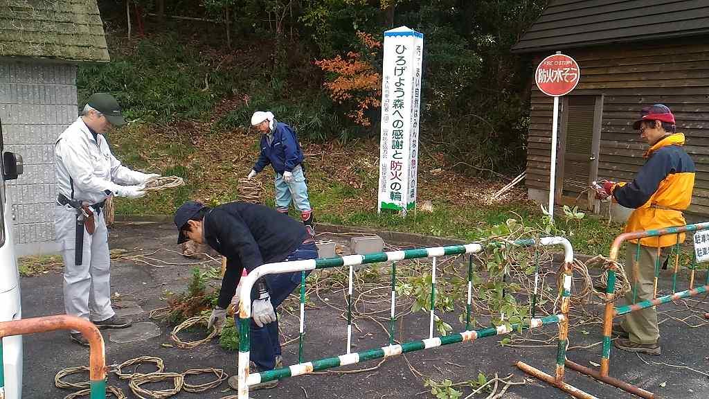 蔓を伐採し、リースの土台を準備。