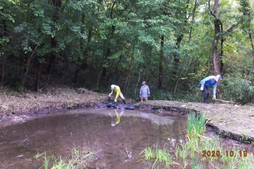 さんさくの池の水漏れ対策(土のう積み増し)