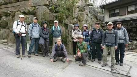 2班:これから山道に。龍鳳洞石切前で