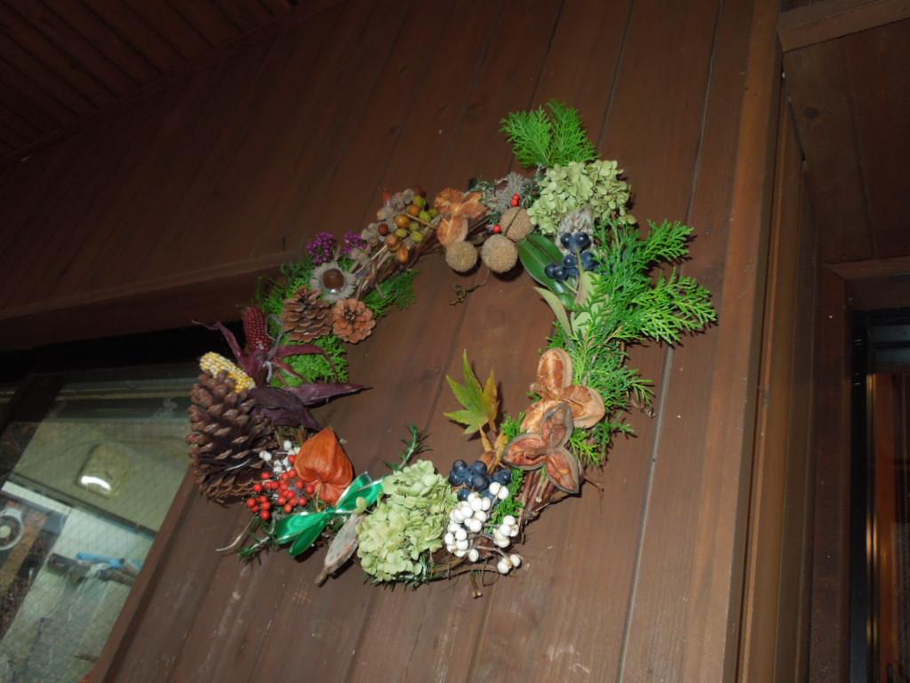 ピトンの小屋の入口にリースを飾りました。