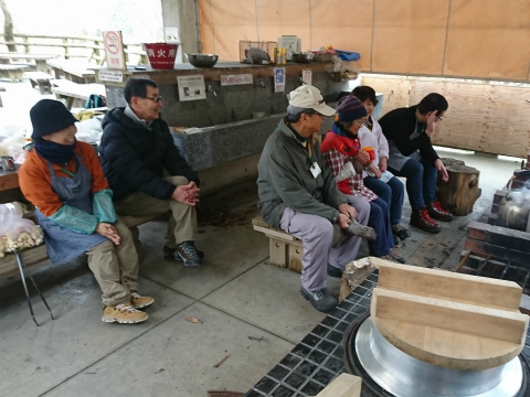 寒風の中登山班の到着を待つ豚汁班スタッフ