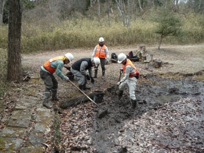 さんさくの路周辺の池の土砂撤去作業