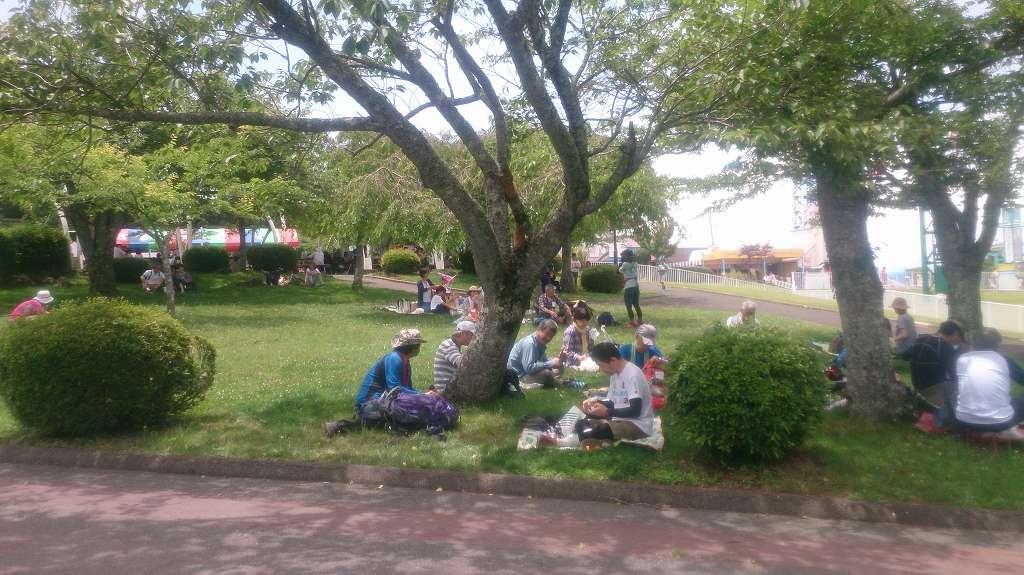 生駒遊園地へ到着。昼食タイムです。