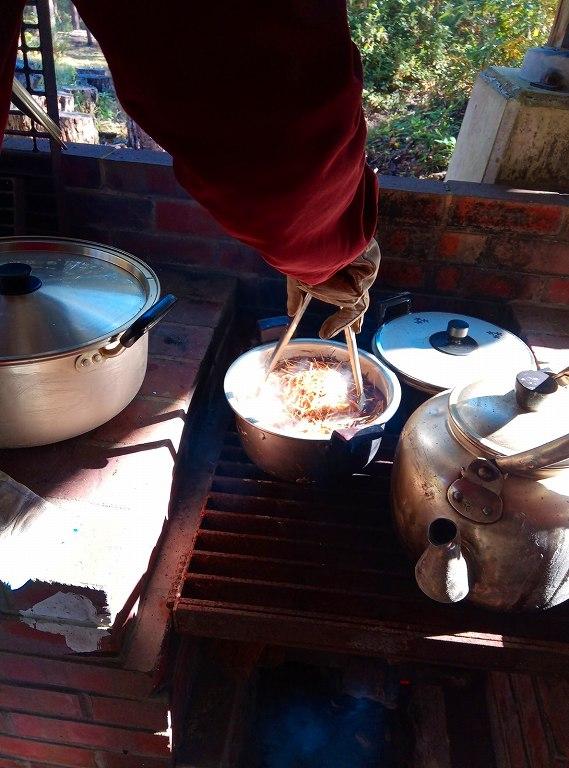 メリケンカルカヤから色成分を煮出します