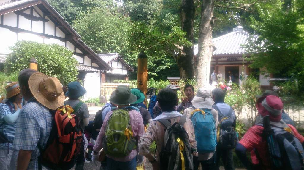 竹林寺にやってきました。ここは、奈良の大仏造立に大きな貢献をした行基のお墓があります。