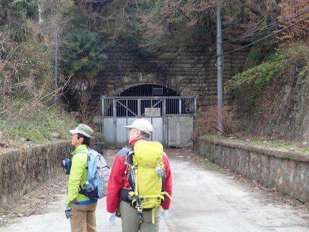 旧生駒トンネル前で
