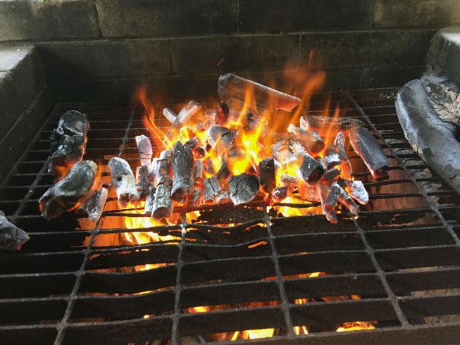 マキを燃やして炭に火入れします
