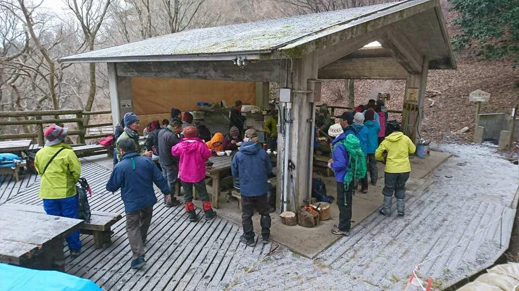 キャンプ場の炊事棟は満杯