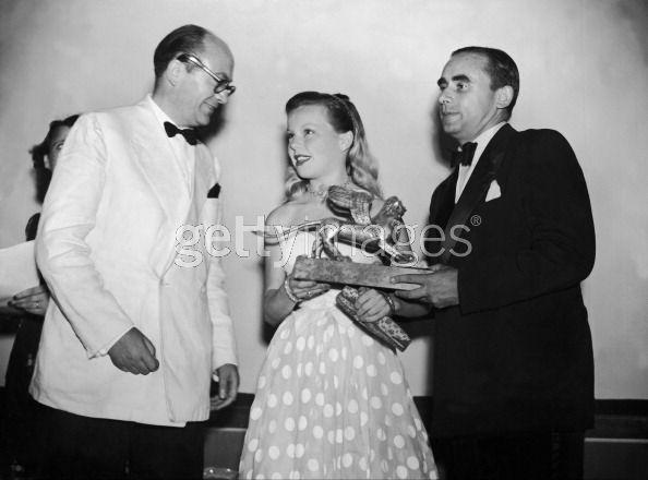 Le réalisateur Henri-Georges Clouzot (à droite) et Cécile Aubry recevant le Lion d'Or à la Mostra de Venise 1949