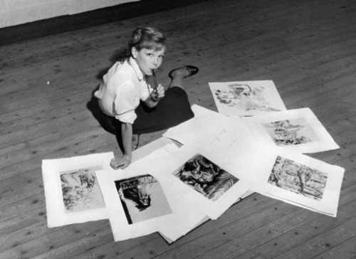 En 1955, Cécile Aubry et ses dessins dans le grenier du Moulin Bleu
