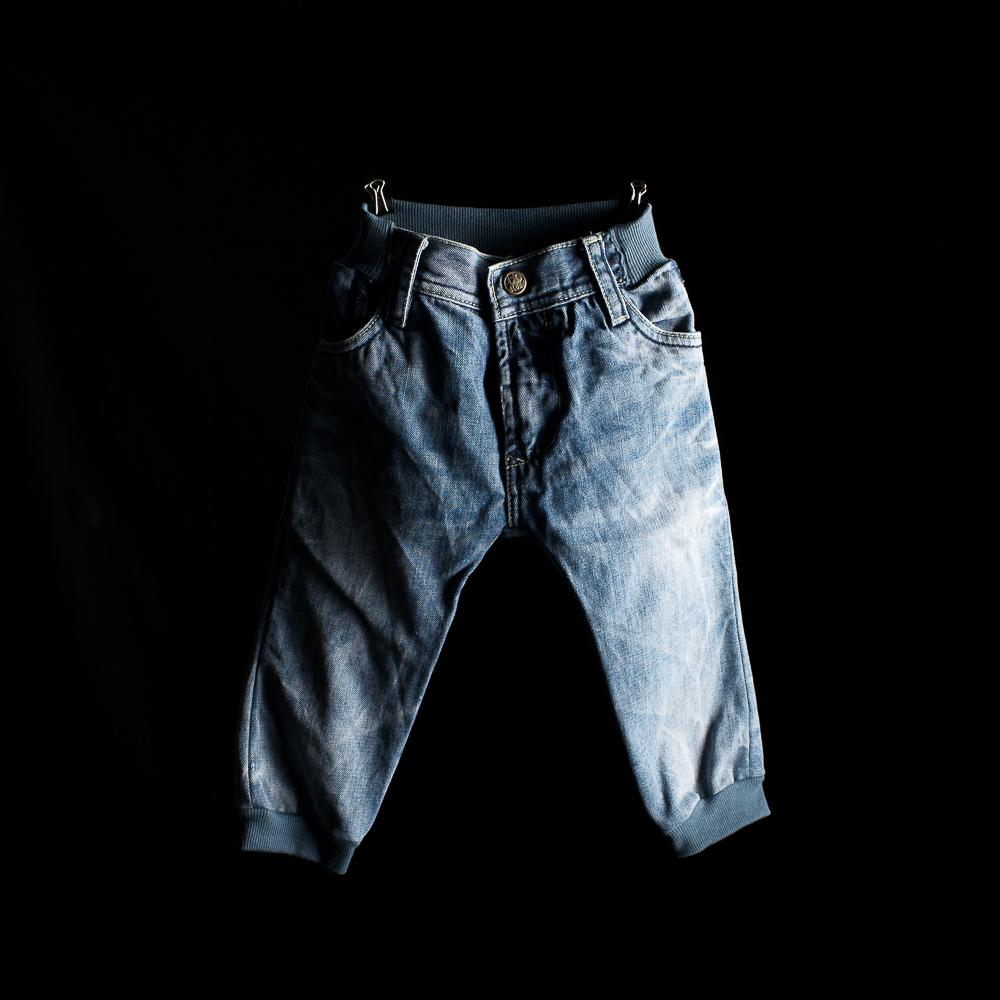grössere, teils kaputte jeans, werden zu kinderhosen