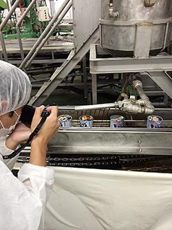冨田さんも醤油を注いでる場面を撮影中(笑)醤油は小豆島のメーカーの国産原料醤油と、喜界島の粗製糖のみで作られた無添加醤油を使う。保存料、化学調無料不使用のこだわり抜いた缶詰には妥協がありません