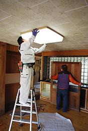 天井にくっついていた蛍光灯も外してもらいました