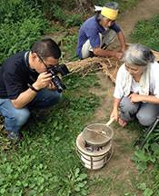佐野ご夫妻による大麦の炭火焙煎の模様を鋭意撮影中の富津の敏腕カメラマン・織本氏