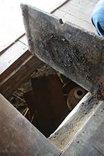 謎の扉を開けると床下に置かれた怪しげな壷が…