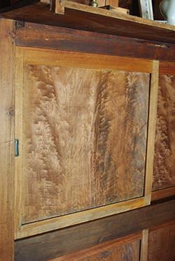 神棚の下にあるこの扉の木目もすごい模様なのだそうです。これまで私にはその価値が分からなかった…いや、お恥ずかしい