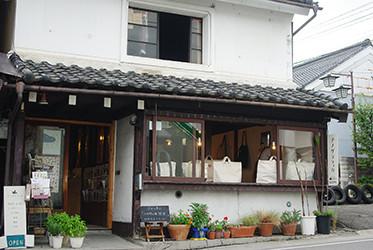 大正時代の町家を活用した喫茶室「金斗雲」。奥が編集室です