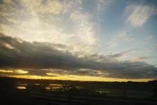 宮城県北部、栗原市付近で夜明けを迎える。大網から釜石まで約10時間の道のりだ。大里のボランティアバスの中でも、今回はかなりロングランだ